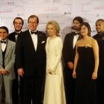 sir-roger-moore-y-esposa-con-ganadores-en-categoria-de-cine_web